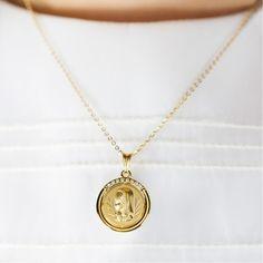 Esta medalla de comunión de oro con circonitas es fantástica para regalar el dia de la primera comunión. Guiará a tu hija en ese día tan especial. Vía www.argyor.com