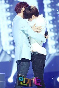 Yesung & Eunhyuk hug ^^