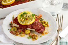 Recept voor kabeljauw voor 4 personen. Met peper, tomaat, olijf, chorizo, kabeljauwfilet, rozemarijn, rode ui, peterselie en pijnboompitten