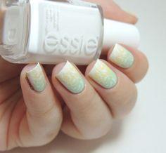 Le printemps arrive, le pastel aussi ! - Monop' Make-Up 26 Jaune Pastel et 33 Vert Amande - Essie Blanc - Pastel gradient - Stamping - MoYou Pro Collection 06 - Floral - Spring nails - Pastel nails