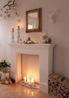 Kaminumrandung wunderschön dekorieren mit Kerzen und Winter Deko sowie Gold Spiegel. Kaminumrandungen, Kaminkonsolen und mehr finden Sie auch bei Pharao24.de: http://www.pharao24.de/catalogsearch/result?q=kaminumrandung/#pint