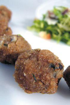 [Caesar's salad con polpettine] 6 persone  tempo di preparazione: 30min  Ingredienti: per le polpettine di alici: 600 g di alici fresche; 6  cucchiai di pangrattato; 1 cucchiaino di semi di senape; 1 limone;  sale; pepe nero; olio extravergine d'oliva per friggere. per caesar's salad: 1 cuore di lattuga; 1 cespo di insalata riccia; 100 g  di parmigiano in scaglie; 2 fette di pane in cassetta; 1 limone; 1cucchiaio di senape rustica; 1 cucchiaio di worchester sauce; 1  spicchio d'aglio; pepe…
