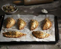 Μανιταροπιτάκια από τον Άκη. Συνταγή για υπέροχα μανιταροπιτάκια με ζύμη κουρού και νόστιμη γέμιση με γραβιέρα και μανιτάρια. Απολαύστε τα!
