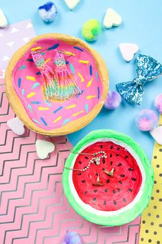 Make DIY jewelry bowls yourself from modeling clay - donut & watermelon - Madmoisell DIY Projekte⎪ Basteln & Selbermachen - Party Girlande, Diy Girlande, Diy Party Garland, Diy Lush, Diy Donut, Desk Makeover, Makeover Party, Donut Decorations, Halloween Diy