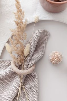 TABLE DECOR ... minimalist table setting in soft neutrals with dried floral branches | elegant,  minimal, modern table, tablescape, minimalist wedding, table decoration, white, napkin, napkin ring /// #minimalist #neutrals #tabledecor Aesthetic Backgrounds, Aesthetic Iphone Wallpaper, Aesthetic Wallpapers, Cream Aesthetic, Brown Aesthetic, Pastel Wallpaper, Deco Table, Minimalist Decor, Minimalist Wedding