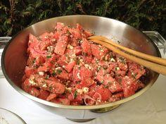Waanzinnig lekkere watermeloensalade van Lisette http://food-blogger.com/nl/uncategorized/waanzinnig-lekkere-watermeloensalade-van-lisette/ Dit is wel een hele bijzondere salade. Watermeloen met geitenkaas en lekkere verse kruiden. Gemaakt door Lisette voor de buurt-BBQ. Een BBQ heeft over het algemeen niet echt een culi karakter, maar dat kan dus ook anders. Ook nog eens prachtig opgediend in een grote champagnekoeler. Feest voor ... http://i2.wp.com/food-blogger.com/nl