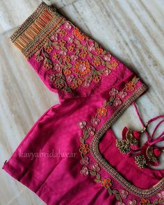 Want to get that stylish look in Saree. Take a look at these stunning and trending blouse designs photos for ultimate style. Blouse Back Neck Designs, Cutwork Blouse Designs, Wedding Saree Blouse Designs, Hand Work Blouse Design, Simple Blouse Designs, Stylish Blouse Design, Blouse Neck, Saree Wedding, Simple Designs