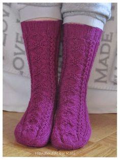 Vieläkin näitä viime vuonna tehtyjä sukkia riittää. Tässä KIN-sukat, malli on todella helppo ja näyttävä. Tein vähän pidemmän varren kuin oh...