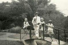 Nederlands familieportret in de plantentuin in Buitenzorg/Bogor 1932.
