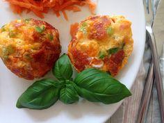 Frokost muffins. Små lækre lune frokost muffins med æg, peberfrugt, pepperoni og revet cheddarost. En nem lille frokost som kan laves på 20-25 minutter.