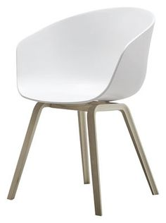 Fauteuil About a chair / Coque plastique & pieds bois Blanc / Piètement bois naturel - Hay - Décoration et mobilier design avec Made in Design