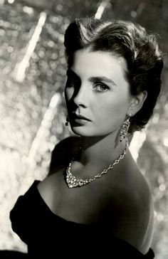 Jean Simmons When I was a little girl, I used to think that Gene Simmons was Elizabeth Taylor or Vivian Lee. She does favor Vivien Leigh, but when I look at her now she doesn't favorite Elizabeth Taylor at all. Classic Actresses, British Actresses, British Actors, Classic Films, Beautiful Actresses, Actors & Actresses, Old Hollywood Glamour, Golden Age Of Hollywood, Vintage Hollywood