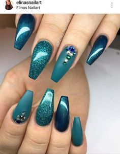 The advantage of the gel is that it allows you to enjoy your French manicure for a long time. There are four different ways to make a French manicure on gel nails. Teal Nail Art, Teal Acrylic Nails, Teal Nails, Shellac Nails, Fancy Nails, Green Nails, Acrylic Nail Designs, Cute Nails, Pretty Nails