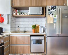 Armários de madeira, bancada de granito e revestimento de subway tiles. Sweet Home, Interior Design Living Room, Interior Architecture, Kitchen Decor, Kitchen Cabinets, Table, Nostalgia, Furniture, Home Decor
