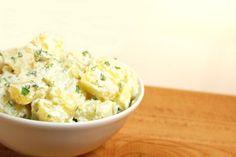 Deze aardappelsalade met Griekse yoghurt is heerlijk fris door het gebruik van Griekse yoghurt, limoensap, limoenrasp, verse munt en verse peterselie! :)
