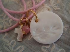 Médaille en porcelaine perle et croix par Alexasaute sur Etsy, €25,00