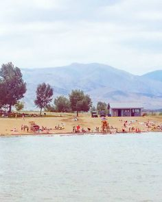 I'm always complaining how there are no beaches in Colorado but it's not really true. Here's Boulder Reservoir with a sizable sandy beach and a backdrop of mountains where we've spent time paddleboarding and picnicing. Any other Colorado beaches you can think of that I should visit?  #colorado #visitcolorado #coloradolive #cometolife #coloradoliving #boulder #visitboulder #bouldercolorado #bouldergov #boulderreservoir #beach #ranta #järvi #lake #vuoret #mountains #travel #matka #reissu…