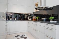 Nyrenoverat HTH-kök med inbyggda maskiner