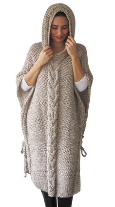 Plus Size Maxi Knitting Poncho con sudadera con capucha - Over Size Tweed Beige Cable Knit de Afra, Diy Abschnitt, Poncho Au Crochet, Poncho Knitting Patterns, Knit Patterns, Hand Crochet, Hand Knitting, Knit Crochet, Tweed, Plus Size Maxi, Knit Fashion