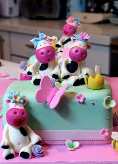 An adorable girly cow cake.  (Does the one in the back have lipstick on?  How fabulous!)