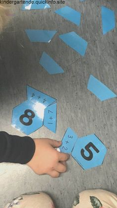 Tallvenner This is a great way to work on shapes as well as math strategies. This would be good for individual work or at centers. Kindergarten Math Activities, Fun Math Games, Math Classroom, Teaching Math, Preschool Activities, Teaching Ideas, Preschool Apple Theme, Math Strategies, 1st Grade Math