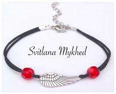 Bracelet L'aile cordon satin noir ( réglable). metal argentè. Perle rouge : Bracelet par perles-et-couronnes