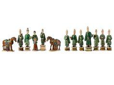Höhe: Würdenträger: 40 cm bis 49 cm. Pferde: 28 cm. China, Ming-Dynastie, 17. Jahrhundert. Keramikfiguren von elf Würdenträgern in grüner Glasur und...