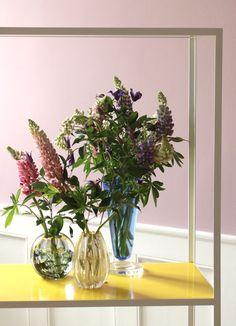 Mormors potteplanter er trendy igen... roser, lupiner og pelargonier flytter tilbage i stuerne. På turen rundt i 3 days of design i København i sidste uge, var der masser af blomster både i vaser o...