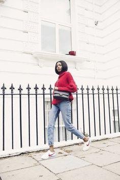 blouse rouge foncé, denim bleu clair sneakers blanches nike design femme