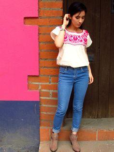 Un lindo huipil Xochipilli Artesanal, originario de la Sierra Negra de Puebla haciendo juego con unos jeans y unos botines, es la combinación adecuada para un día casual, ya sea para ir a la escuel…