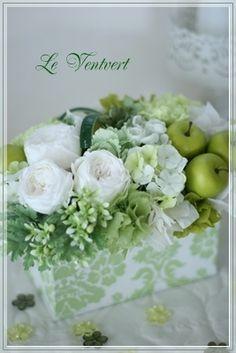 プリザーブドフラワー green&whiteのボックスアレンジ Rare Flowers, Tiny Flowers, Fresh Flowers, Colorful Flowers, Beautiful Flowers, Apple Centerpieces, Floral Centerpieces, Floral Arrangements, Bee On Flower