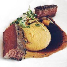 ❤️❤️❤️ Huuhhhhhh huhhh. Paahdettua marmorifileetä, polentaa ja tummaa tryffelikastiketta. Meinasin itkeä onnesta kun söin tän. Helposti yksi elämäni parhaita pääruokia. Aivan tajuton kokemus. Hiljeni Toiviaisen poika kerrankin ruokapöydässä pelkästä ihmetyksestä 😅🔥 #långvik #omnomnom #foodie #foodporn #langvikhotel http://www.langvik.fi/
