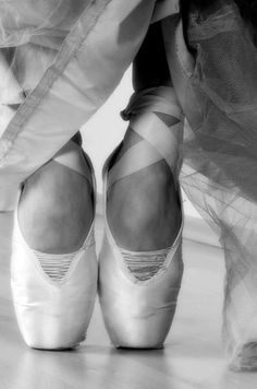 Black and white photo of ballet slippers, en pointe ~ full of grace! La Pointe, Pointe Shoes, Ballet Shoes, Ballet Feet, Toe Shoes, Dance Ballet, Ballerina Shoes, Ballet Outfits, Ballerina Party