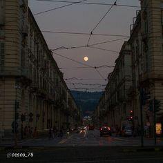 #Torino raccontata dai cittadini per #InTO Foto di @cesco_78 #torino La luna e via Po