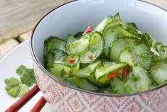 Frisse komkommersalade met koriander en limoen