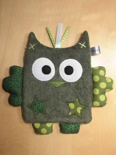 Doudou plat hibou vert - pois Blog Couture, Creation Couture, Sewing Projects For Kids, Sewing For Kids, Sewing Toys, Sewing Crafts, Handmade Baby Gifts, Fabric Animals, Couture Sewing