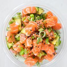Yum! Ken jij de poké bowl al? - Flaironline - Voor jou, over jou Poke Bowl, Quick Healthy Meals, Healthy Eating, Lunch Saludable, Vegetarian Recipes, Healthy Recipes, Whole Food Diet, Sashimi, Asian Recipes