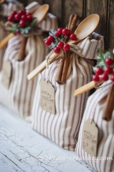 fantastic ideas - I'm going to start making some for Christmas! 25 DIY handmade gifts people actually want.These are fantastic ideas - I'm going to start making some for Christmas! 25 DIY handmade gifts people actually want. Theme Noel, Noel Christmas, Christmas Bags, Christmas Wedding, Christmas Wrapping, Country Christmas, Christmas Design, Christmas Party Favors, Christmas Trends