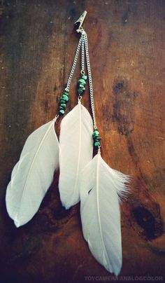 Etsy の Turquoise Beaded Long Feather Hair Clip by francisfrank