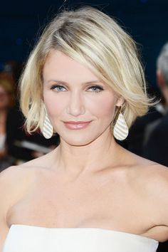 Cameron Diaz's Beachy Bob The imperfect edges and tousled texture make this cut forgiving on every face type and super easy to maintain. Medium Hair Cuts, Medium Hair Styles, Short Hair Styles, Trending Haircuts, Cool Haircuts, Short Haircuts, Cameron Diaz Hair, Fall Hair Cuts, New Hair Do