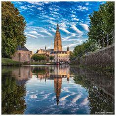grote kerk breda water reflectie