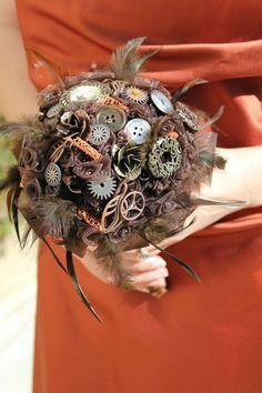 If you've decided to choose the steampunk theme for your big day, this day is gonna be cool! All the decor and your look should be appropriate for such a theme. We've already told you of some ideas to dress up, and today we'll talk about bouquets.