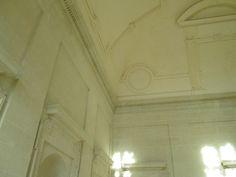 Plafond de l'escalier d'honneur du chateau de Thouars.- Mais la famille de La Trémoille, qui avait fini par obtenir la main d'une des filles de Louis d'Amboise, s'opposa à la donation et à la suite d'un procès qui dura 11 ans, Louis XI céda peu de temps avant sa mort.