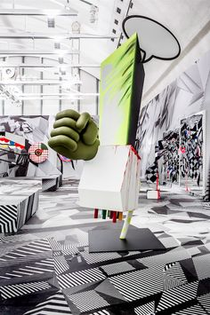 Tobias Rehberger převzal do11. 5. vládu nad výstavními sály Schirn Kunsthalle v rodném Frankfurtu azaplnil je svými eklektickými díly. Pokud se v expozici neztratíte, odnesete si nezapomenutelný zážitek.
