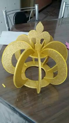 Coroa de EVA dourado e papelao - diamwtro circulo base 20cm