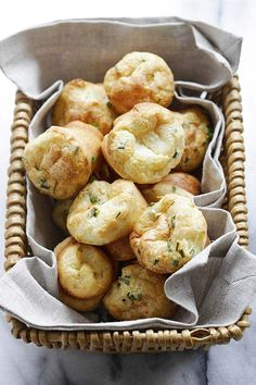 Parmesan-Chive Popovers - light, puffy and eggy popovers loaded with Parmesan cheese and chives. These popovers are so delicious and easy to make. Breakfast Time, Breakfast Recipes, Easy Healthy Recipes, Easy Meals, Delicious Recipes, Traditional Bread Recipe, Parmesan, Wedding Snacks, Recipes