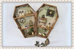 ¡Buenas tardes! Estamos creando cosas maravillosas que pronto verás en nuestras tiendas... ¿quieres saber lo que hicimos en marzo? ¡Curiosea nuestro blog! => #LoNuevo #New #Blog #blogpost #manualidades #artesanía #handcrafted #handcraft #crafts #crafty #hechoamano #handmade #ataúd #miniataúd #coffin #minicoffin #ElCuervo #TheRaven #EdgarAllanPoe #Literatura #Literature