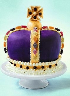 JUBILEE CROWN CAKE - get recipe here: http://www.dailymail.co.uk/femail/food/article-2139598/Cake-fit-Queen-Let-Royal-cake-maker-Fiona-Cairnss-magnificent-Jubilee-creations-inspire-enter-Jubilee-Cake-competition.html