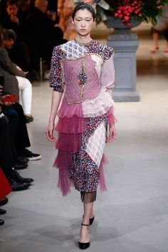 See all the Collection photos from Viktor & Rolf Spring/Summer 2017 Couture now on British Vogue Fashion Week, Fashion 2017, Love Fashion, Runway Fashion, Fashion Show, Fashion Design, Fashion Dolls, Style Haute Couture, Spring Couture