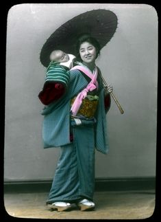 Woman in traditional dress holding open parasol and carrying baby on her back. :: Herbert Geddes, Life in Japan, ca. Japan Woman, Meiji Era, Japanese Outfits, Japanese Clothing, Japan Photo, Maneki Neko, Japanese Beauty, Asian Beauty, Japan Art